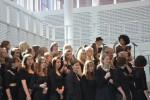 Nabiha, orkester og skolens kor trykker den af fra den nye scene i ombygningen.